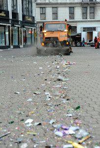 Budapest, 2016. január 1. A Fővárosi Közterület-fenntartó Zrt. (FKF) munkagépe takarít a szilveszteri ünneplés után a belvárosi Vörösmarty téren 2016. január 1-jén reggel. MTI Fotó: Czimbal Gyula
